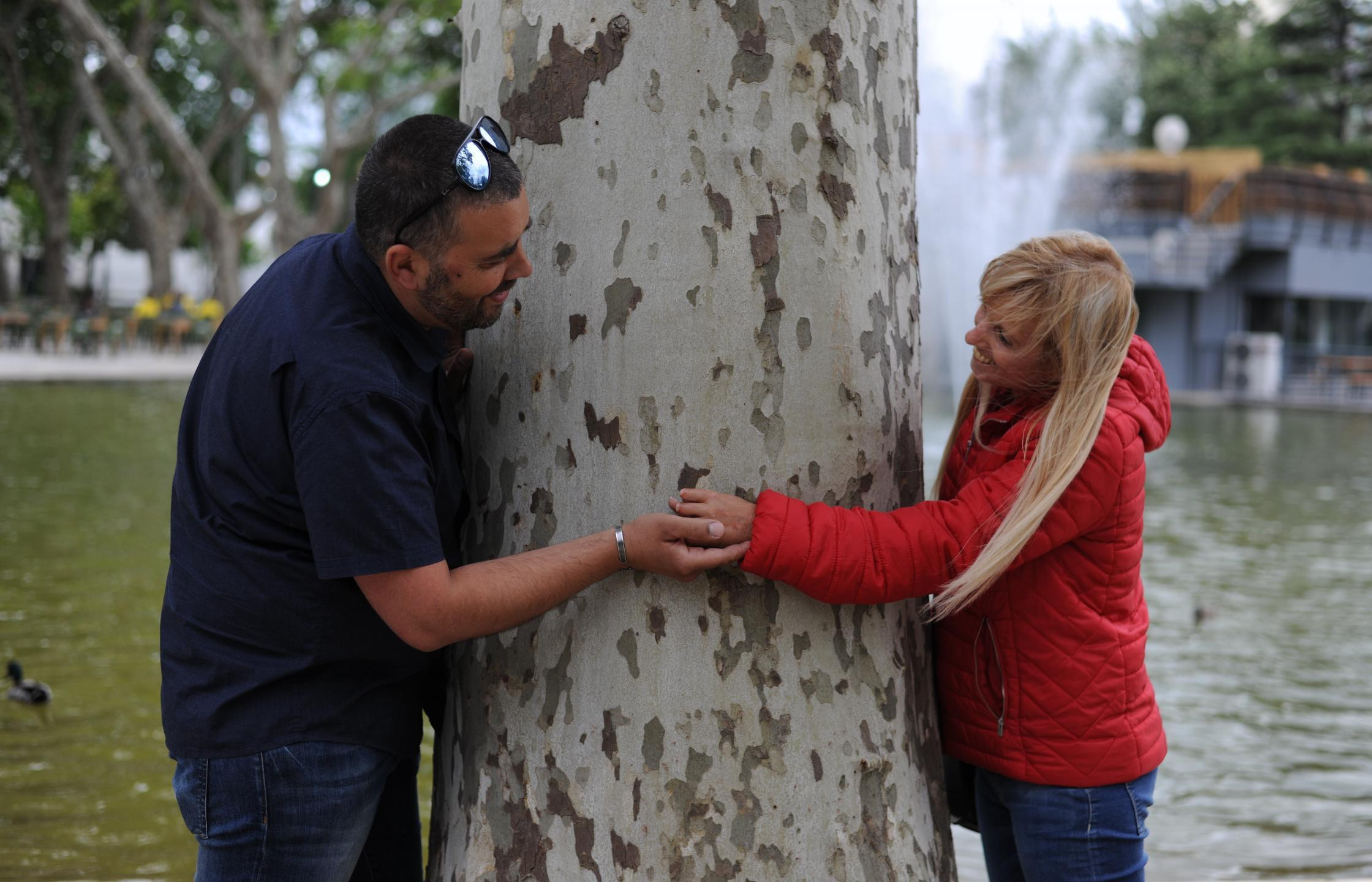 Rui and Rute hugging a tree from either side