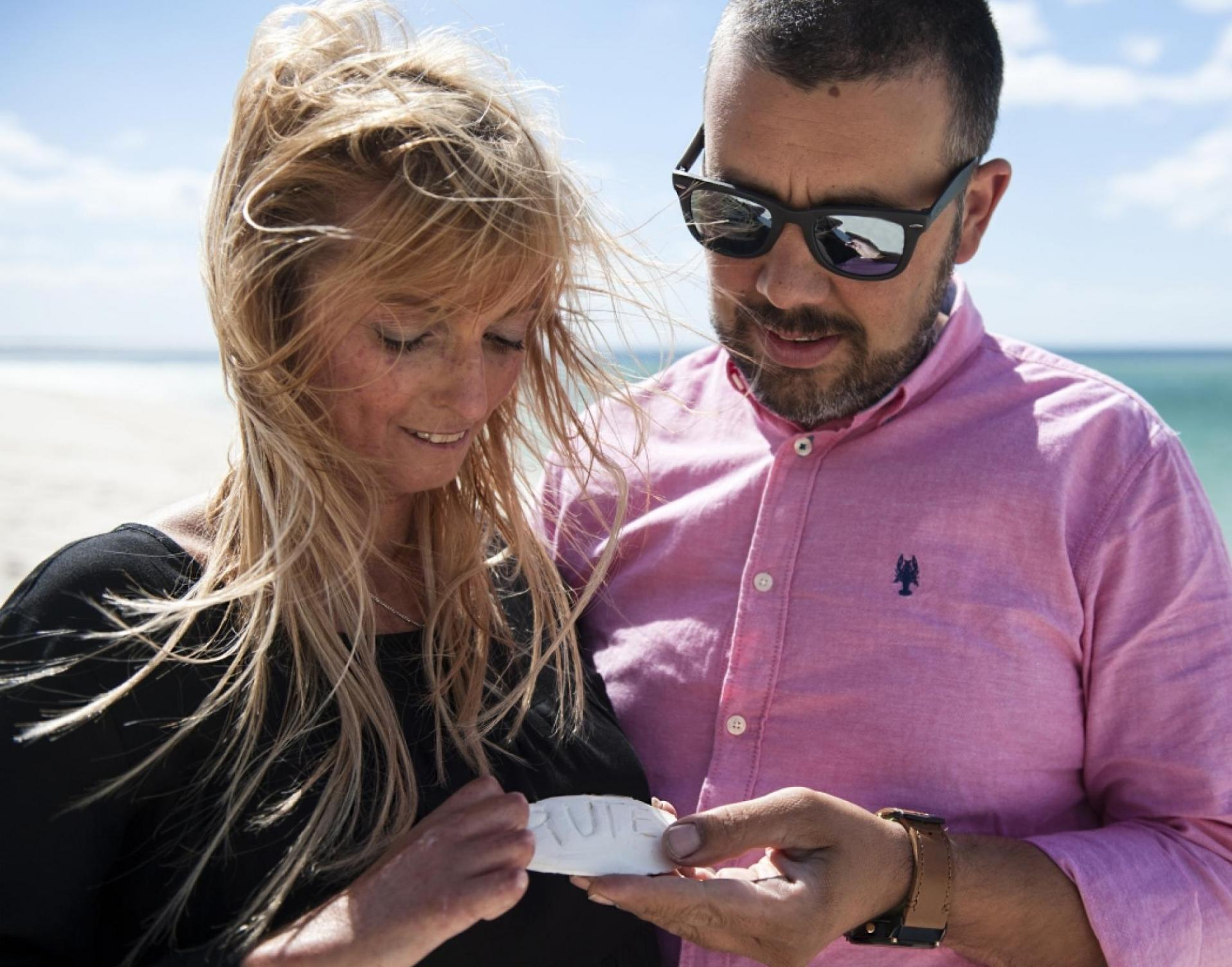 Rute and her husband at the beach